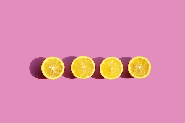 Limone fresco su superficie rosa