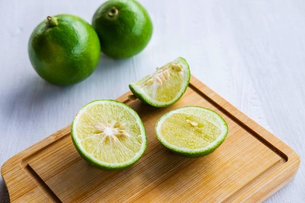 Limone fresco, affettato su un tagliere sul tavolo