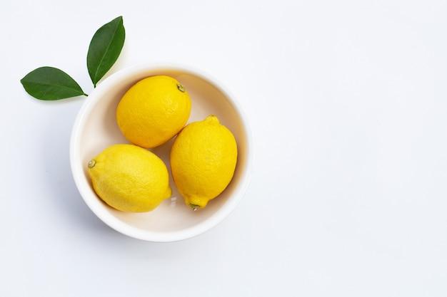 Limone fresco su sfondo bianco.