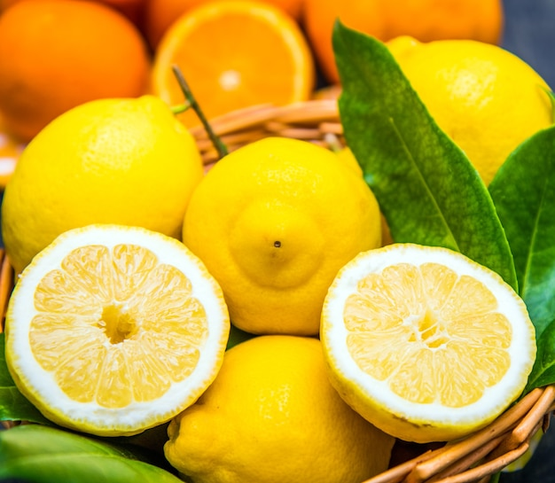 Limone fresco con foglia verde su cesto di legno