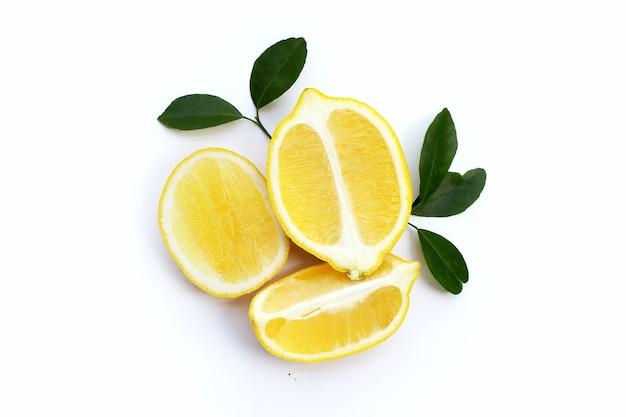 Limone fresco con foglie verdi isolato