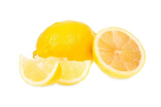 Limoni freschi si trova su uno sfondo bianco