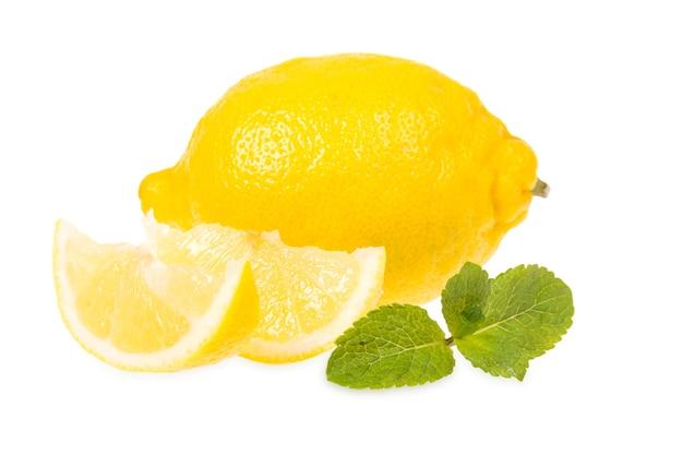 Limoni freschi e menta si trovano su uno sfondo bianco