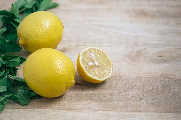 Limoni freschi sul tavolo