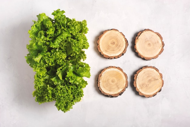 Foglie di lattuga fresca in una scatola di legno su un grigio