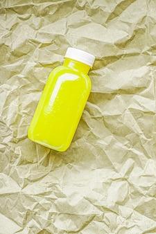 Succo di lime o limone fresco in bottiglia di plastica riciclabile ecologica e confezione di bevande salutari e f