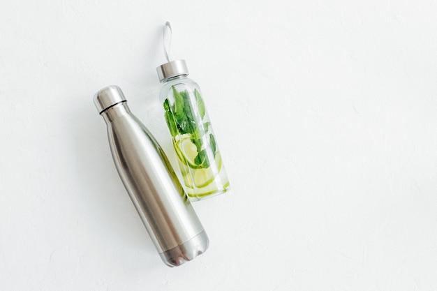 Acqua fresca infusa di lime e menta, cocktail, bevanda detox, limonata in bottiglie riutilizzabili. bevande estive. concetto di assistenza sanitaria.