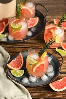 Lime fresco e rosmarino combinati con succo di pompelmo fresco e tequila sono il modo perfetto per ottenere il massimo da questi fantastici prodotti.