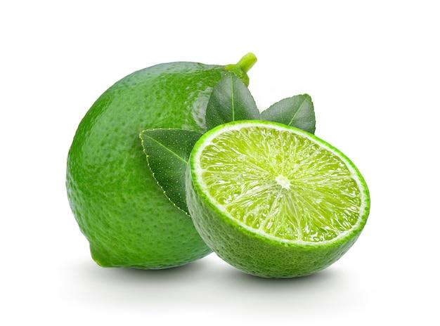 Lime fresco con foglia su sfondo bianco