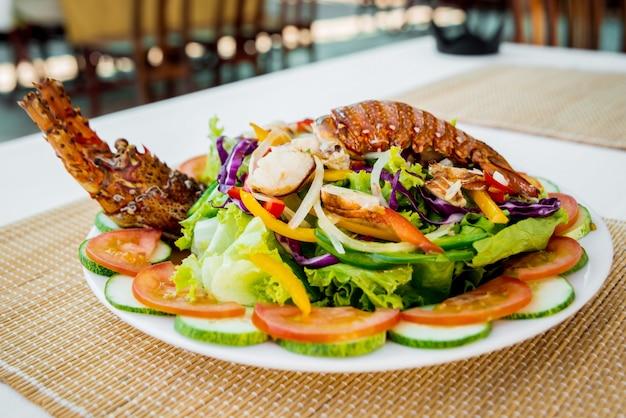 Aragosta fresca con frutti di mare sald sul piatto bianco. ristorante.