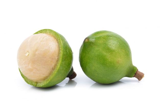 Noce di macadamia fresca su spazio bianco