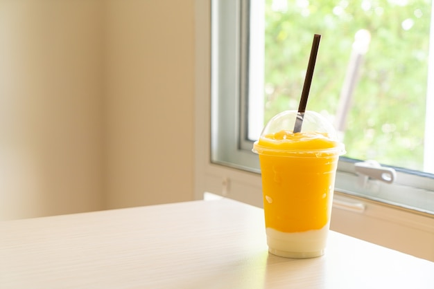 Frullati di frutta fresca al mango con bicchiere di yogurt Foto Premium