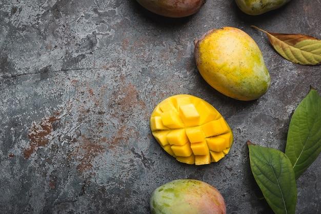 Frutti tropicali freschi di mango su grigio