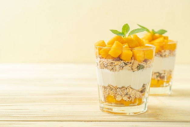 Yogurt fresco al mango con muesli in vetro