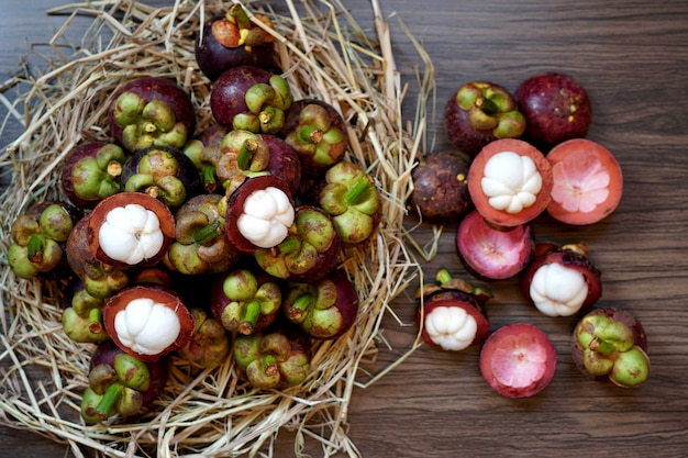 Il frutto fresco del mangostano è il famoso frutto delizioso della thailandia