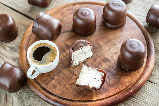 Caramelle gommosa e molle fresche con due tazze di caffè