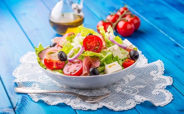 Insalata mediterranea fresca olive pomodori parmigiano e prosciutto