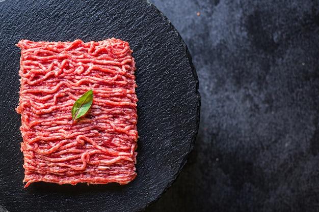 Ingrediente di farina di tritacarne fresca macinata sul tavolo