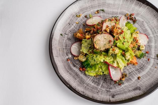 Fresco mix di insalate con verdure su un piatto vista dall'alto spazio per il testo