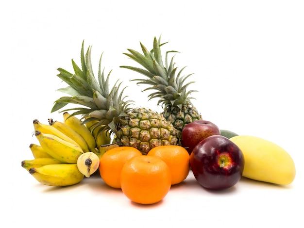 Frutta mista fresca su una priorità bassa bianca