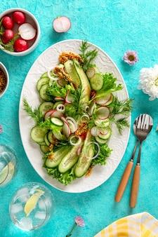 Insalata di verdure miste fresche con cetriolo, ravanello e pomodoro. insalata di verdure sana di estate. cibo salutare. vista dall'alto.