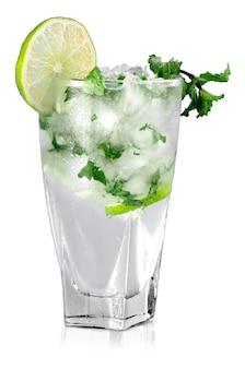 Cocktail mojito fresco sullo sfondo.