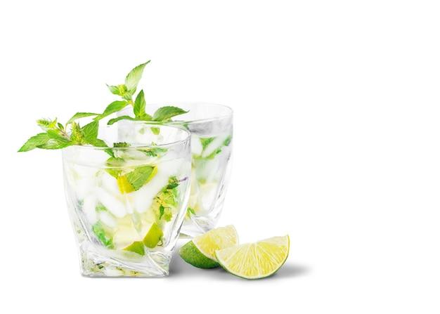 Cocktail mojito freschi sullo sfondo.