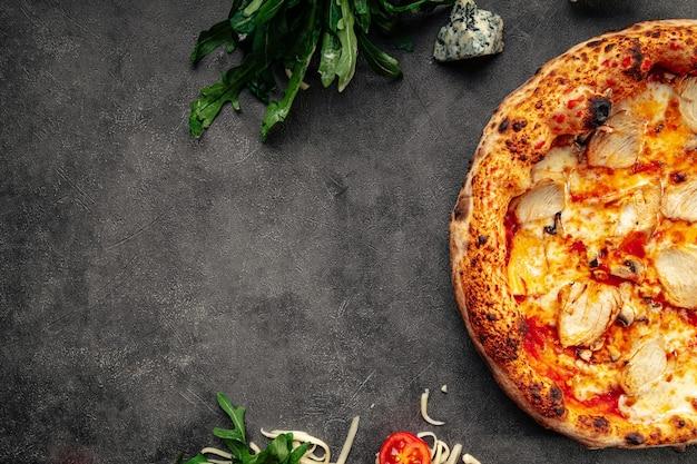 Pizza fresca di pollo napoletana su sfondo grigio