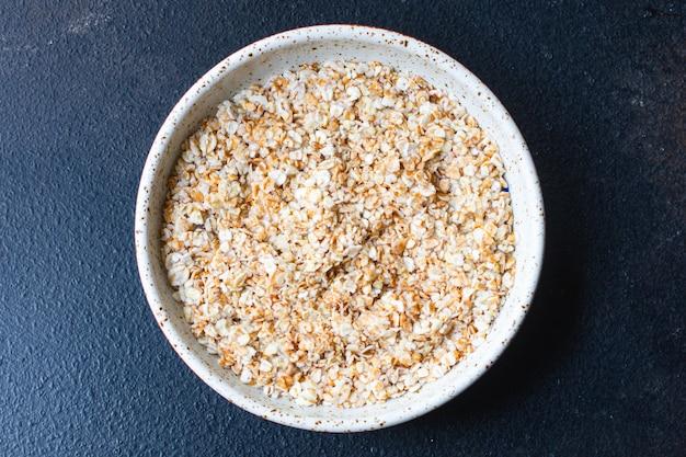 Farina d'avena fresca nella porzione gustosa colazione del piatto