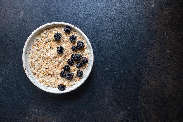 Farina d'avena fresca con frutti di bosco nella porzione gustosa colazione del piatto