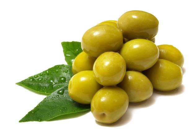 Olive fresche su uno spazio bianco