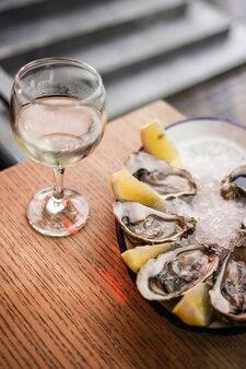 Ostriche fresche aperte e vino bianco in un ristorante?
