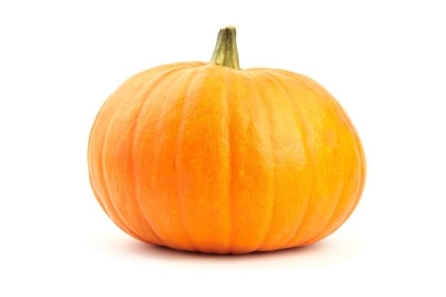 Zucca arancione fresca di autunno isolata su fondo bianco