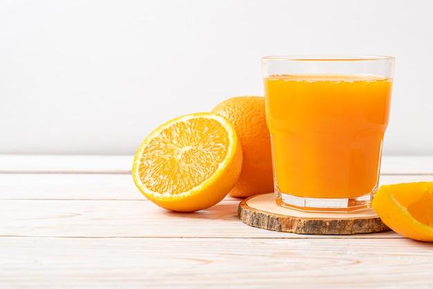 Bicchiere di succo d'arancia fresco