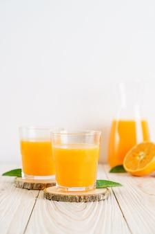 Succo d'arancia fresco sulla tavola di legno
