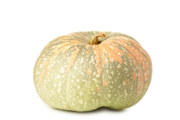 Zucca arancione fresca isolata su priorità bassa bianca. vista dall'alto