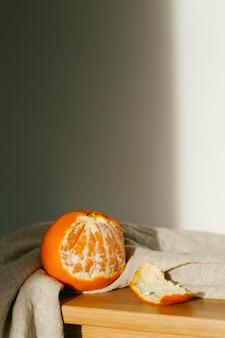 Arance fresche sul tavolo