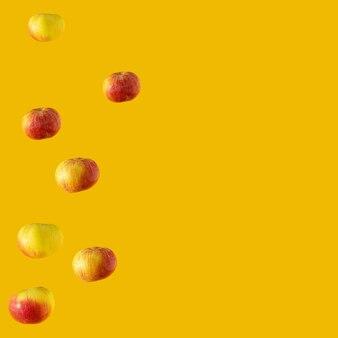 Mela organica fresca sullo sfondo tropicale estivo illuminante giallo. arte astratta. pasto biologico fresco con copia spazio