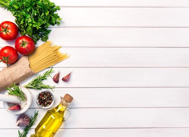 Ingredienti biologici freschi, pasta spaghetti di ricette italiane