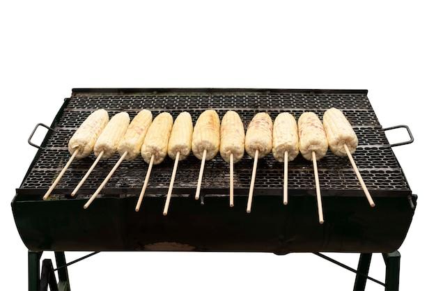 Mais dolce biologico fresco grigliato alla griglia isolato su bianco