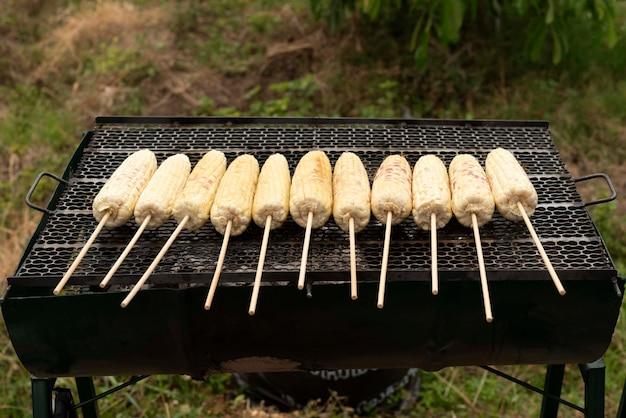 Mais dolce biologico fresco grigliato alla griglia