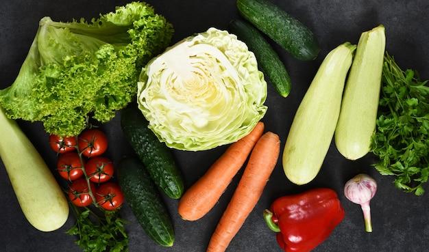 Verdure fresche e biologiche su uno sfondo di pietra nera. vista dall'alto. verdure bio.