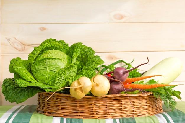Verdure biologiche fresche dall'azienda agricola nel cestino.