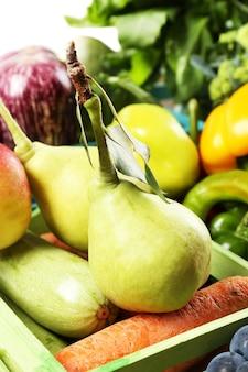 Verdure e frutta organiche fresche in scatole di legno