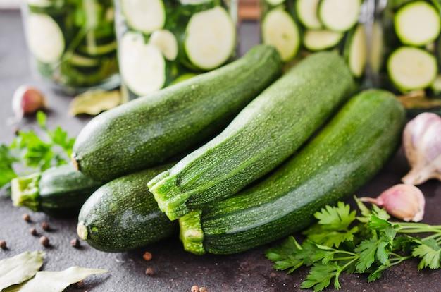 Zucchine biologiche fresche, aglio e prezzemolo, erbe e spezie.