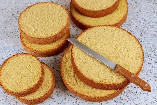 Pan di spagna al forno e affettato fresco con il coltello