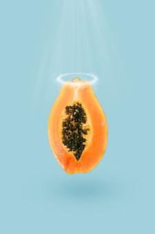 Papaya fresca con semi neri e un'aureola sopra