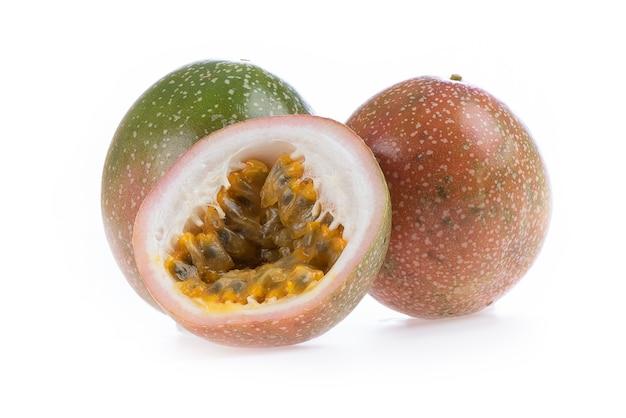 Frutto della passione fresco isolato su una superficie bianca.
