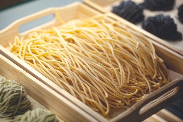 Pasta fresca. pasta artigianale italiana fatta a mano con ingredienti freschi, uova e farina di frumento. foto di alta qualità