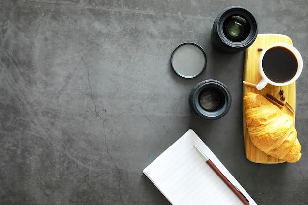 Paste fresche in tavola. croissant al gusto francese per colazione.